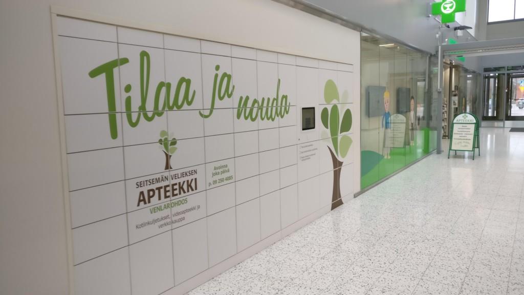 Nurmijärven seitsemän veljeksen apteekin edustalla oleva Smartbox iso ja monilokeroinen noutoautomaatti.