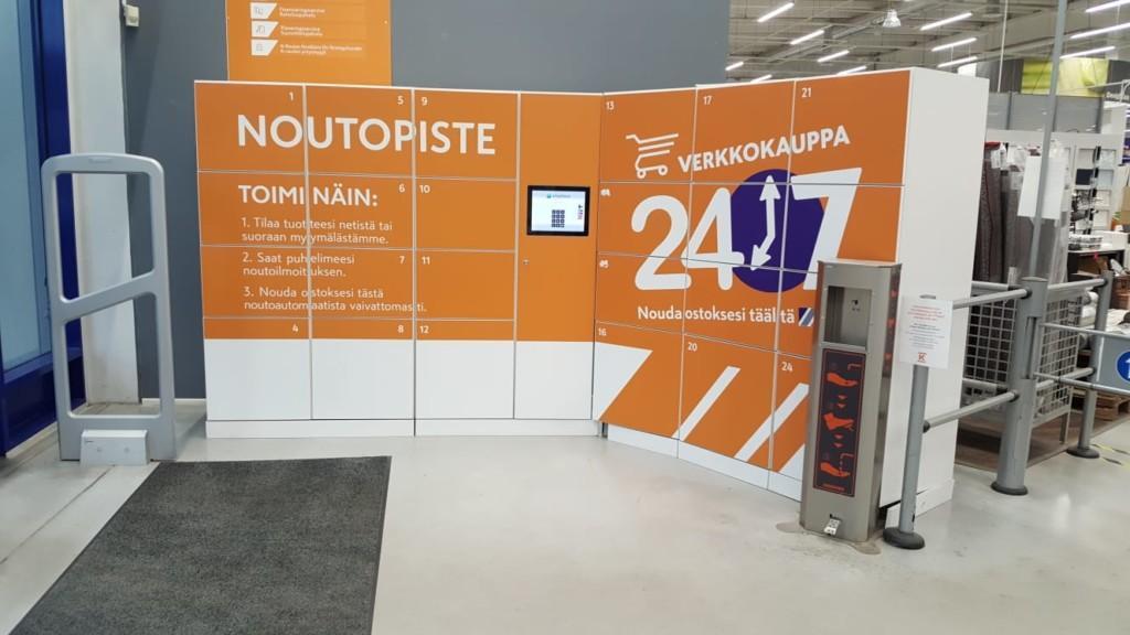 Vaasan K-Raudan iso Smartbox noutoautomaatti teipattuna oransseilla K-Raudan väreillä.